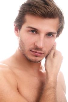 Przystojny mężczyzna z jasnymi oczami