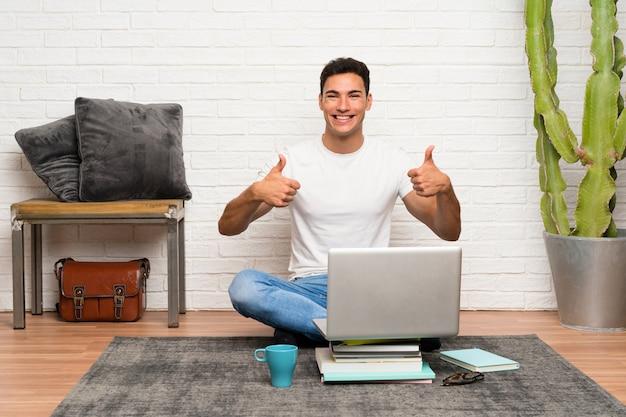 Przystojny mężczyzna z laptopem