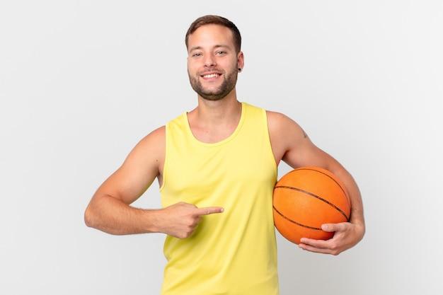 Przystojny mężczyzna z piłką do koszykówki