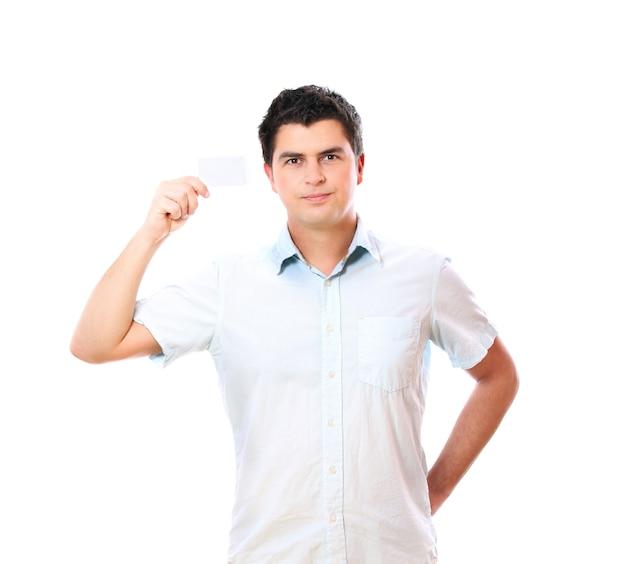 Przystojny mężczyzna z pustą wizytówką uśmiechający się na białym tle