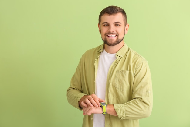 Przystojny mężczyzna z zegarkiem na zielono