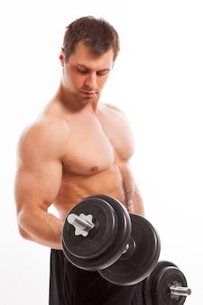 Przystojny mięśni facet pracuje