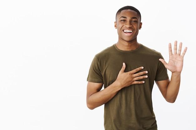 Przystojny młody afroamerykanin z koszulką w kolorze khaki