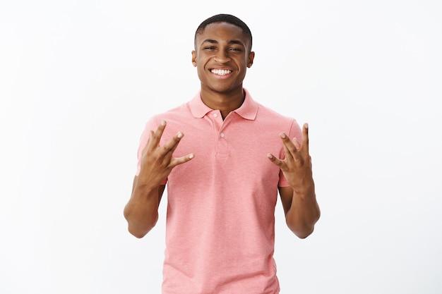 Przystojny młody afroamerykanin z różową koszulką polo