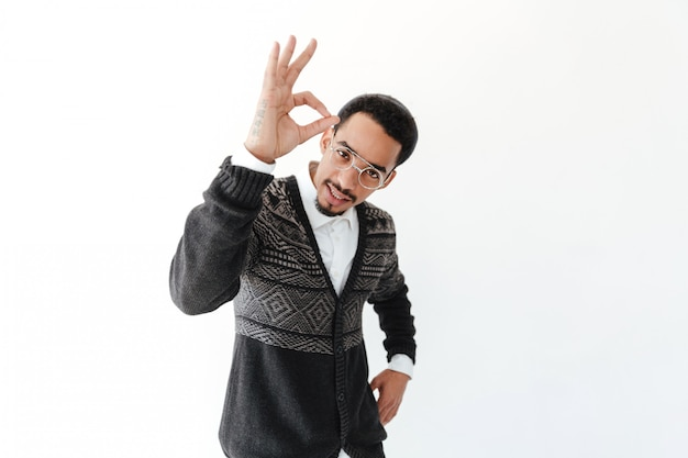 Przystojny młody afrykański mężczyzna pokazuje zadowalającego gest.