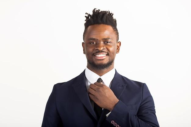 Przystojny młody afrykański mężczyzna w garniturze