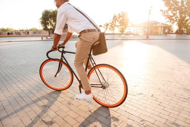 Przystojny młody afrykański mężczyzna wczesny poranek z bicyklem