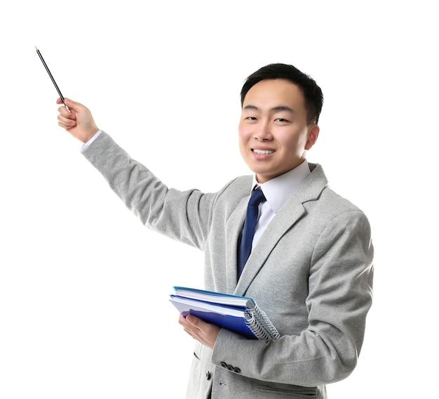 Przystojny młody azjatycki nauczyciel na białym tle
