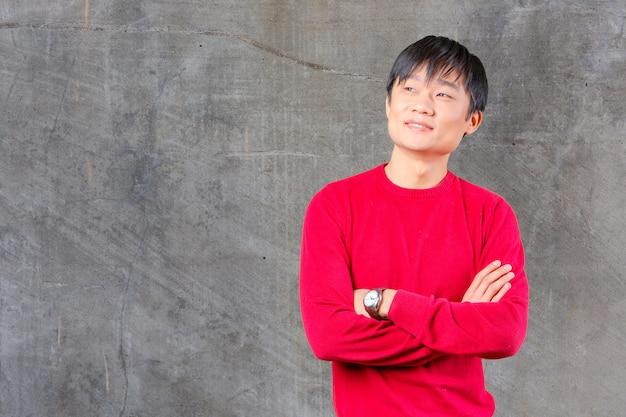 Przystojny młody azjatykci mężczyzna ono uśmiecha się