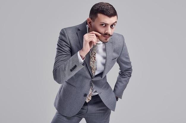 Przystojny młody biznesmen arabski z wąsem w kolorze szarym mody