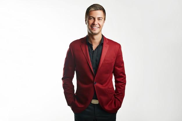 Przystojny młody biznesmen w czerwonym kolorze