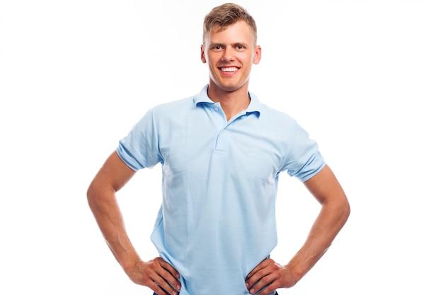 Przystojny młody chłopak w odzieży casual