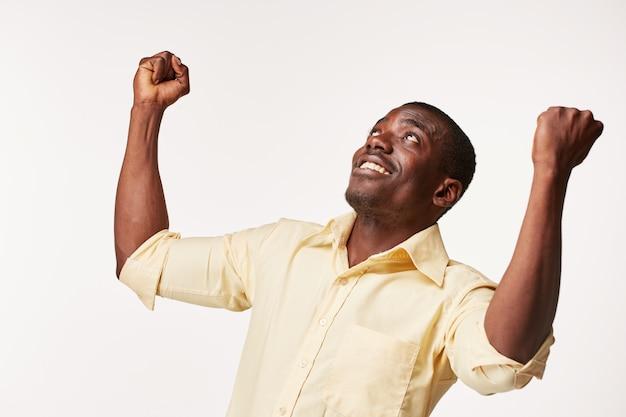 Przystojny młody czarny afrykanin uśmiecha się