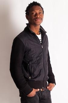 Przystojny młody czarny facet pozowanie