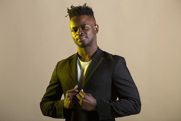 Przystojny młody człowiek afryki w czarnym garniturze