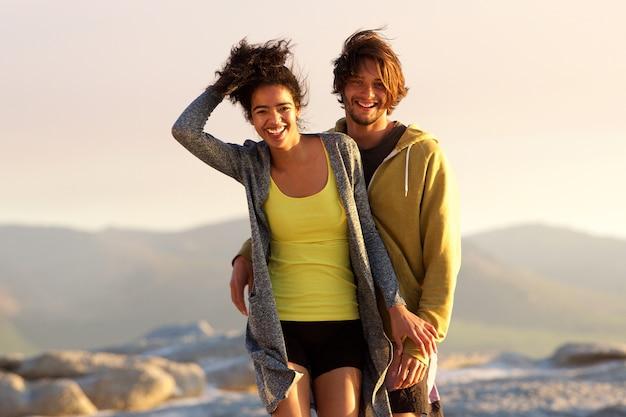 Przystojny młody człowiek i uśmiechnięta kobieta outdoors