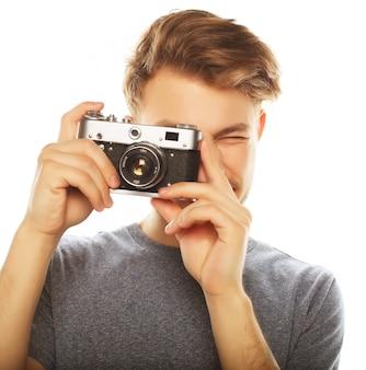Przystojny młody człowiek patrzeje kamerę