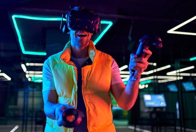 Przystojny młody człowiek w okularach wirtualnej rzeczywistości. vr, gry, rozrywka, koncepcja technologii przyszłości.
