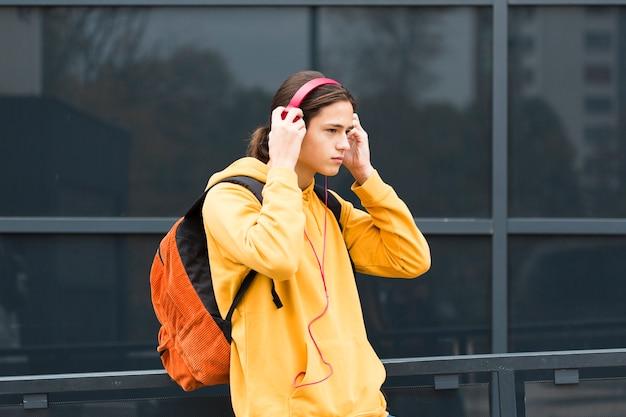 Przystojny młody człowiek ze słuchawkami