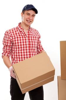 Przystojny młody kurier z brązowymi pudełkami