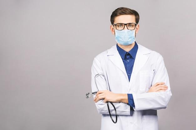 Przystojny młody lekarz medycyny, trzymając stetoskop,