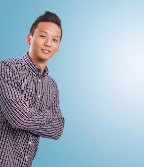 Przystojny młody mężczyzna azjatyckich na niebieskim tle