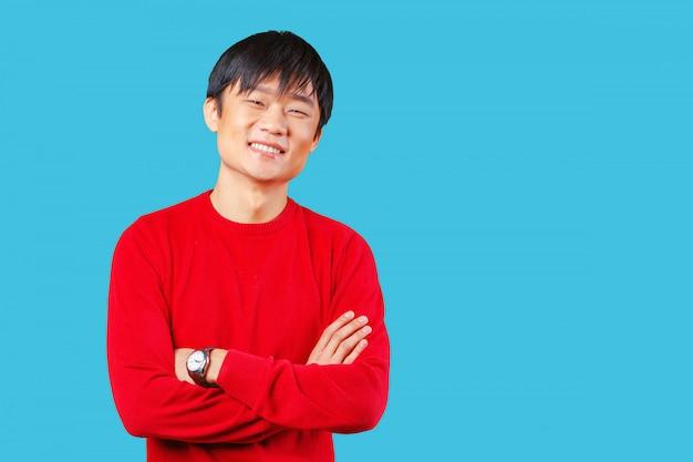 Przystojny młody mężczyzna azji uśmiecha się
