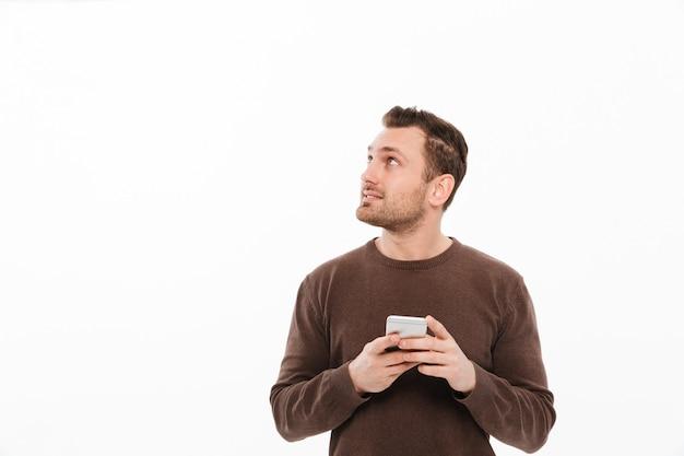 Przystojny młody mężczyzna na czacie przez telefon komórkowy