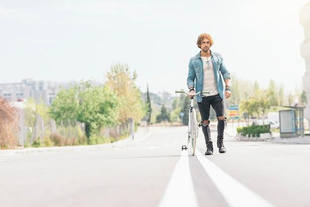 Przystojny młody mężczyzna na rowerze w mieście. koncepcja rowerów