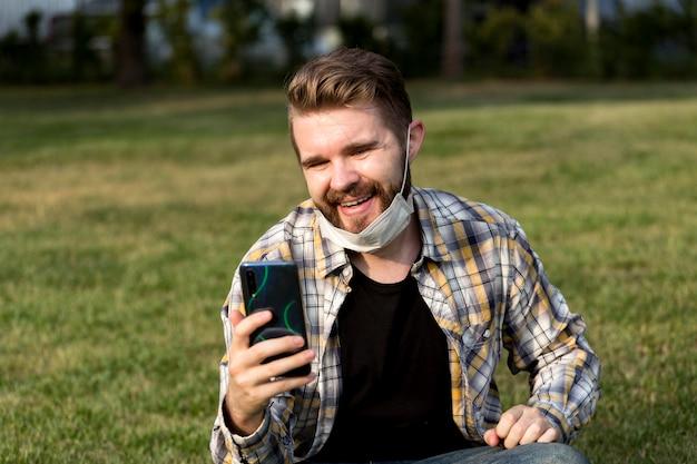 Przystojny młody mężczyzna o połączenie wideo