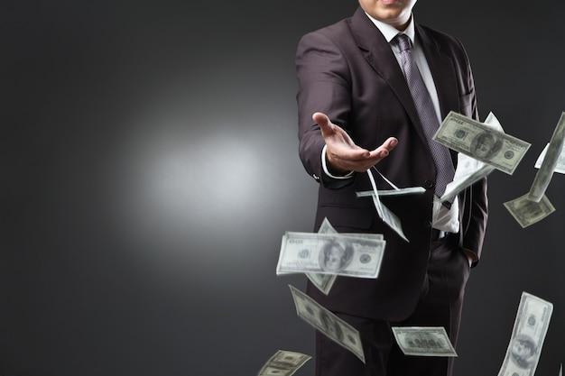 Przystojny młody mężczyzna rzuca pieniądze