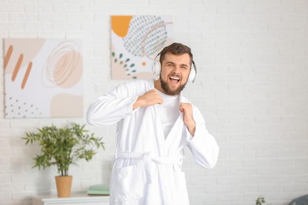 Przystojny Młody Mężczyzna Tańczy W Domu Premium Zdjęcia