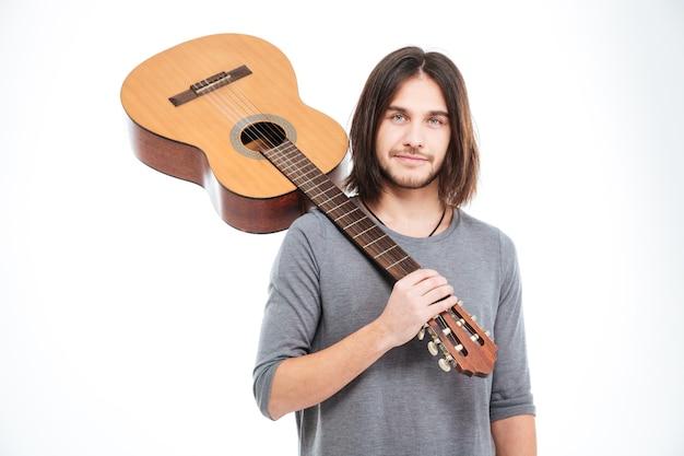 Przystojny Młody Mężczyzna Trzyma Gitarę Na Ramieniu Na Białym Tle Premium Zdjęcia
