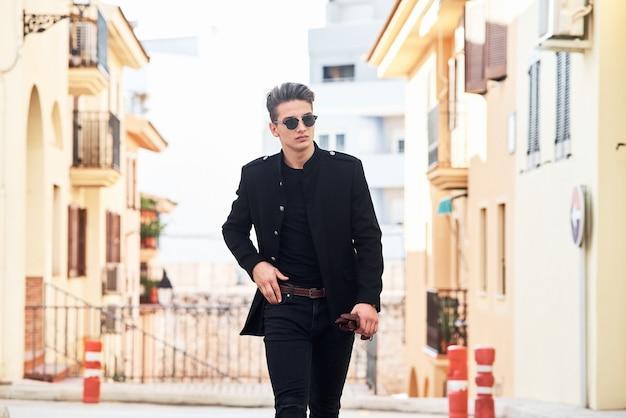 Przystojny młody mężczyzna w czerni