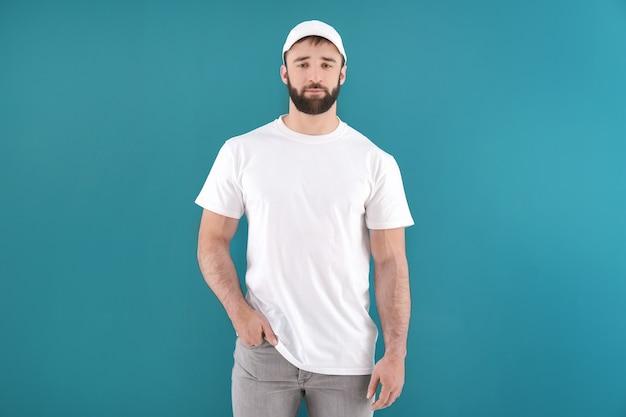 Przystojny młody mężczyzna w stylowej białej koszulce