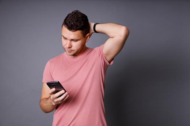 Przystojny młody mężczyzna z różową koszulką