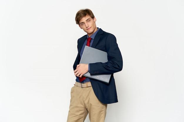 Przystojny młody model mężczyzna w stylowy garnitur pozowanie