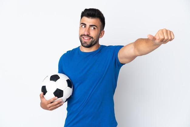 Przystojny młody piłkarz na białym tle