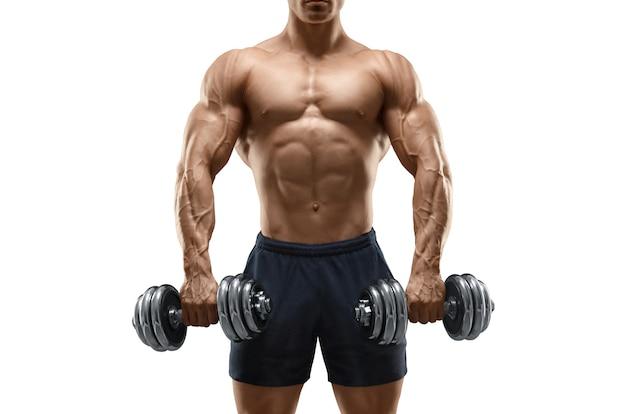 Przystojny mocny atletyczny mężczyzna kulturysta robi ćwiczenia z hantlami fitness muskularne ciało na białym tle