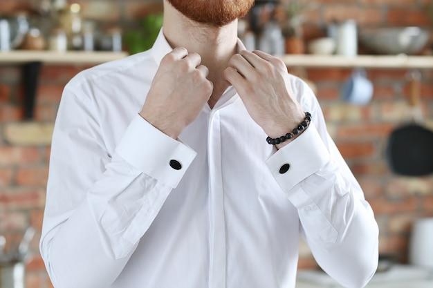 Przystojny moda mężczyzna pozowanie