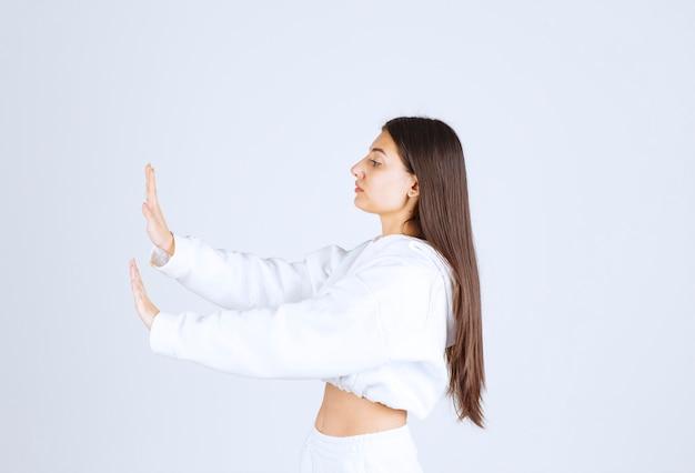 Przystojny model dziewczyna pokazując znak stop.