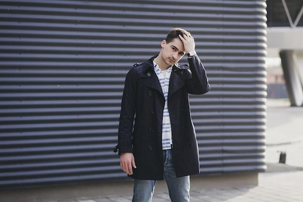 Przystojny model męski nosić elegancką kurtkę