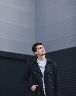 Przystojny model mężczyzna w kurtce w swobodnym stylu miejskim