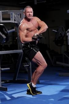 Przystojny muskularny mężczyzna na siłowni