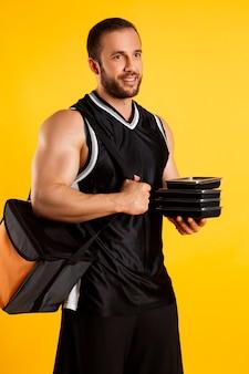 Przystojny muskularny mężczyzna z pudełka żywności