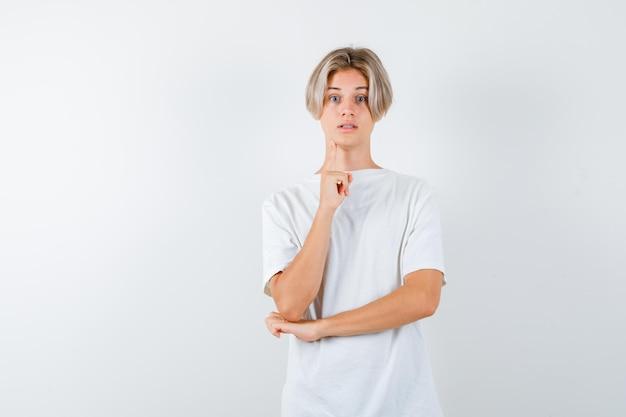 Przystojny nastolatek w białej koszulce