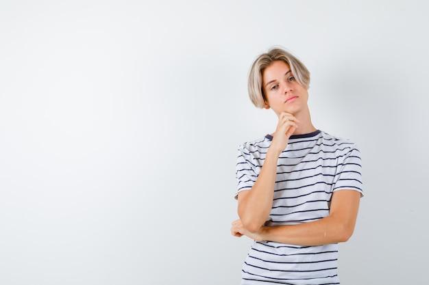 Przystojny nastoletni chłopak w pasiastym t-shircie