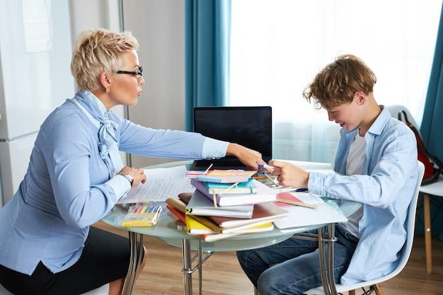 Przystojny nauczyciel i uczeń na lekcji
