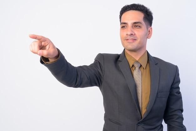 Przystojny perski biznesmen w garniturze na białym tle