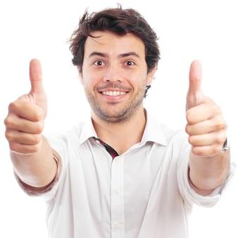 Przystojny pomyślny mężczyzna robi pozytywnemu gestowi